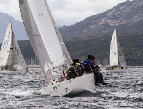 La Flotta sarda J24 inaugura lo spettacolo della vela nel Golfo di Alghero.